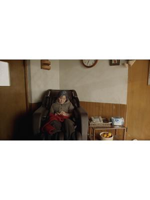 椅子の上の女